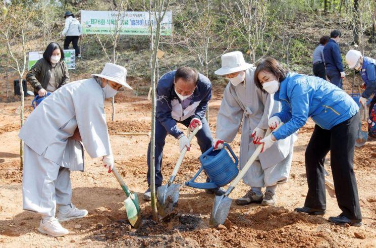 유동균 마포구청장 2027년까지 500만 그루 나무 심기 '순항'