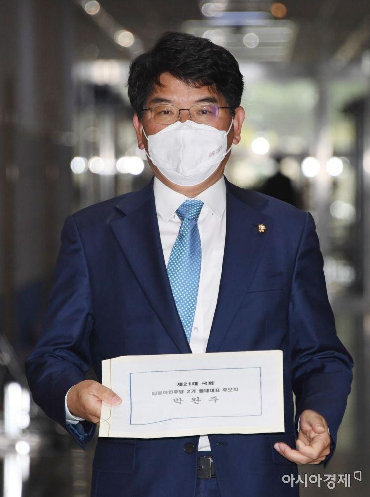 박완주 더물어민주당 의원이 12일 국회에서 차기 원내대표 출마를 위해 후보 등록을 하고 있다./윤동주 기자 doso7@