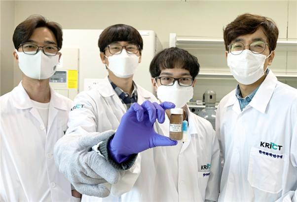 한국화학연구원 바이오화학연구센터 (좌로부터) 황성연, 박제영, 탄-하오 (박사과정), 오동엽 박사가 '극저온 온도변화 감지장치'가 부착된 백신 모의 샘플을 들고 있다.