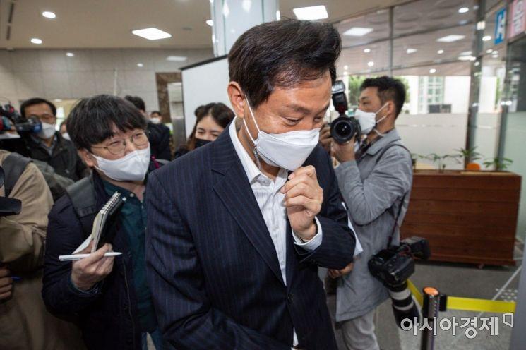 오세훈 서울시장이 12일 서울 동대문구 120다산콜재단에서 상담직원들과 면담을 마친 뒤 취재진에게 질문 받고 있다./강진형 기자aymsdream@