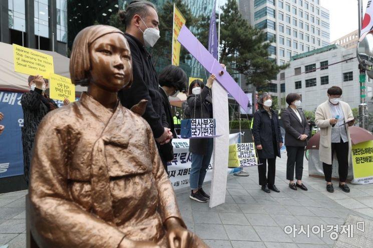 일본군 위안부 피해자 지원단체 네트워크가 12일 서울 종로구 옛 일본대사관 앞 평화로에서 '4월 21일, 일본국 상대 손해배상청구소송 정의로운 판결을 요구하는 기자회견'을 열고 있다. /문호남 기자 munonam@