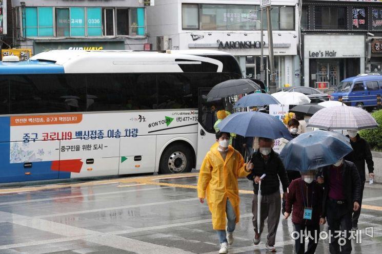 코로나19 확산세가 이어지고 있는 12일 서울 중구 충무스포츠센터에 마련된 중구 코로나19 예방접종센터에서 75세 이상 어르신들이 화이자 백신을 맞기 위해 이동하고 있다. /문호남 기자 munonam@