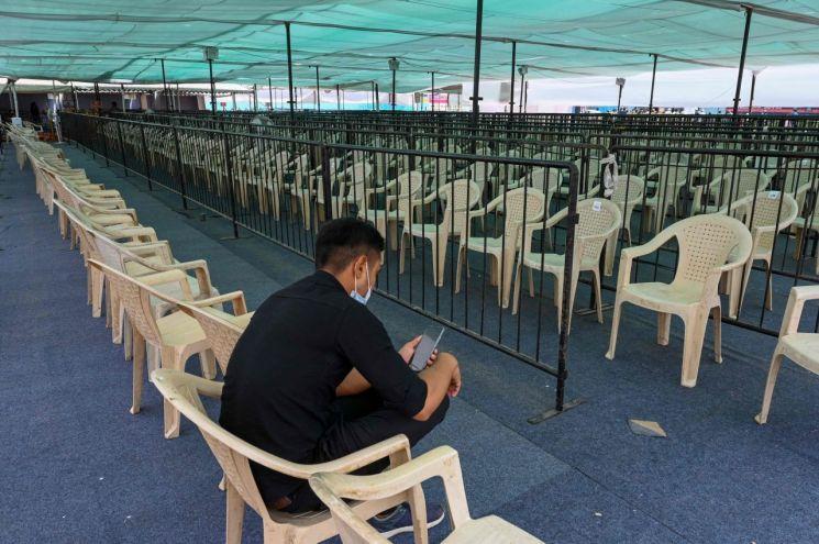 백신 부족으로 접종이 중단된 인도 코로나19의 한 백신 센터. 인도의약품관리국은 12일 러시아산 백신 '스푸트니크V'의 사용을 사실상 허가했다. [이미지출처=연합뉴스]