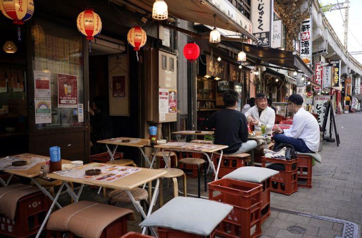 '코로나19 중점조치'로 영업시간 단축된 도쿄 식당가. 12일 일본 전역의 코로나19 감염자는 2202명(오후 7시10분)에 달했다. [이미지출처=연합뉴스]
