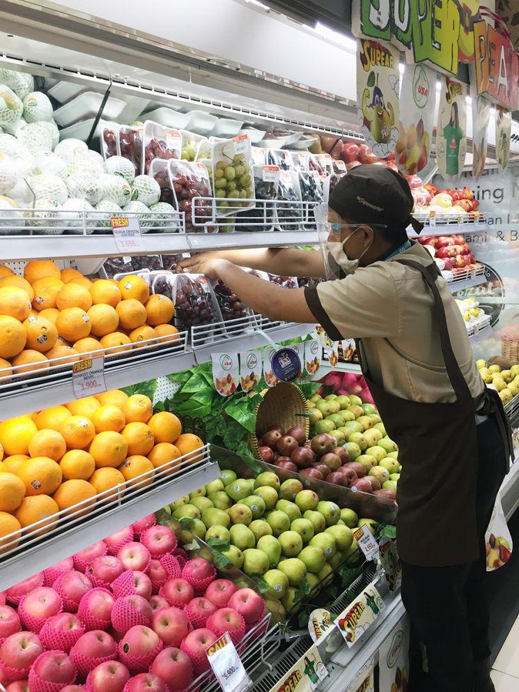 인도네시아 GS수퍼마켓에서 직원이 상품을 진열하고 있다.
