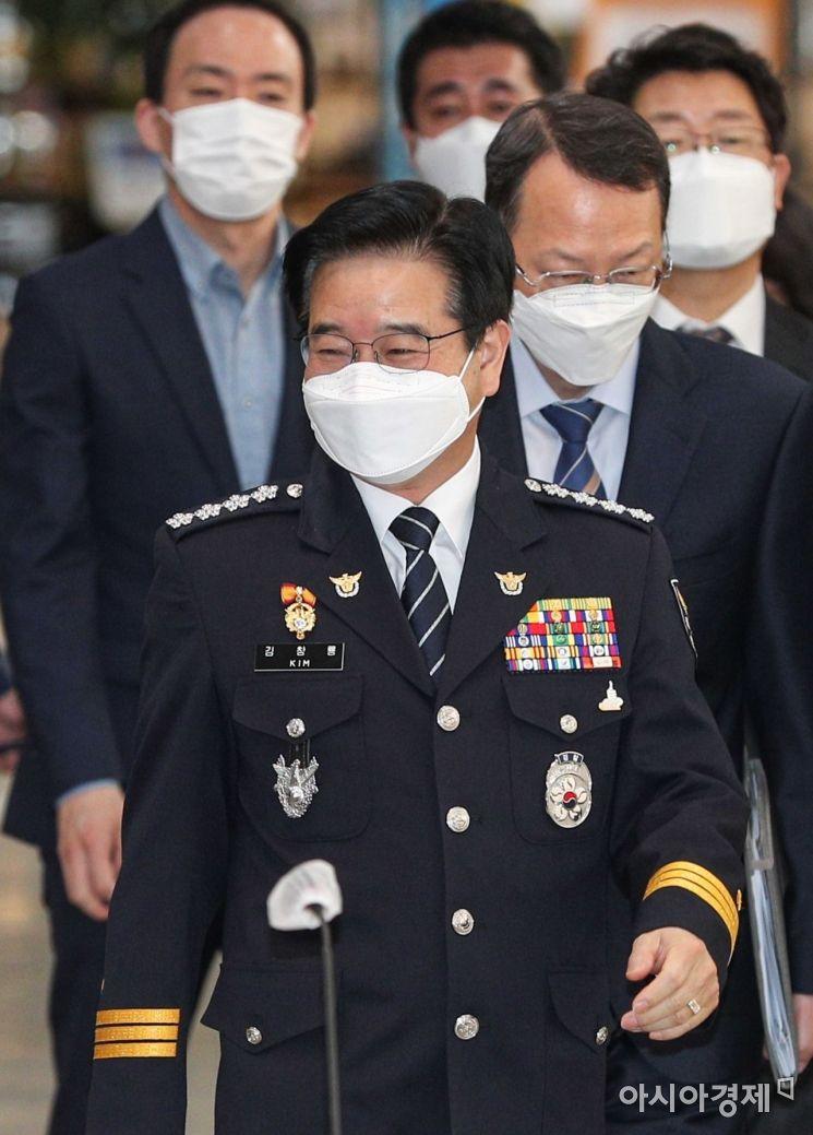 [포토]회의실 들어서는 김창룡 경찰청장