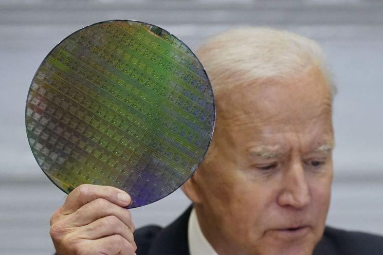 지난 4월 반도체 공급망 CEO회의에서 실리콘 웨이퍼를 들고 있는 조 바이든 미국 대통령<이미지출처:연합뉴스>