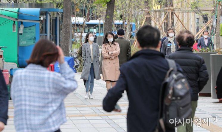 봄비가 그치고 찬바람이 불면서 서늘해진 13일 서울 중구 태평로에서 직장인들이 외투를 입고 이동하고 있다. 기상청은 내일 서울 아침 기온이 3도로 오늘보다 7도가량 낮아지겠다고 예보했다./강진형 기자aymsdream@