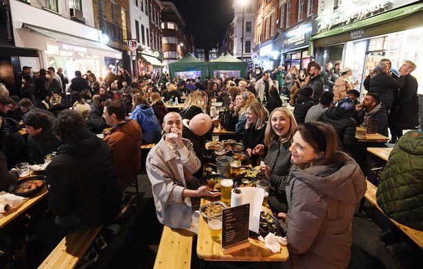 12일(현지시각) 3개월만에 영업이 재개된 영국 런던 소호 거리. [이미지출처=연합뉴스]