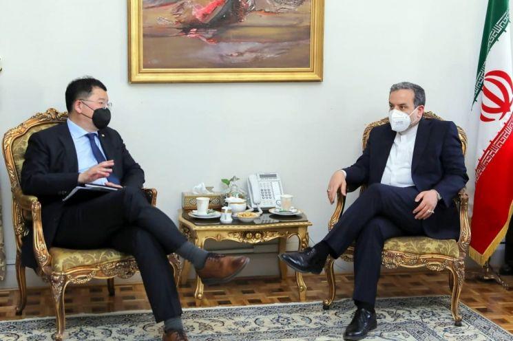 회담하는 최종건 외교부 1차관(사진 왼쪽)과 아락치 이란 외무차관/사진=연합뉴스