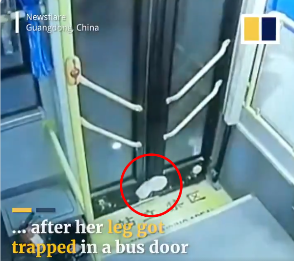 지난 8일(현지시간) 중국의 한 여학생이 시내버스에서 하차하던 도중 뒷문에 발이 끼이는 사고가 발생했다. 사진=사우스차이나모닝포스트(SCMP) 영상 캡처.