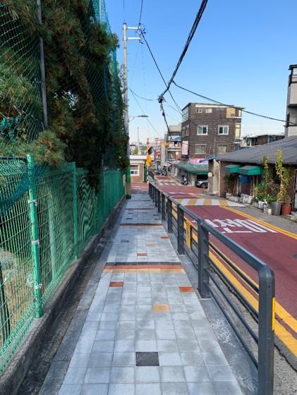 지난 해 성동구 동명초등학교 보도시설물 최소화 및 전신주 이설 후 사진