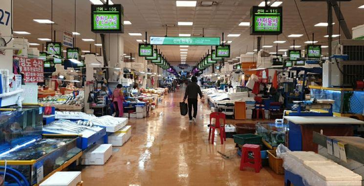 13일 오후 서울 동작구 노량진수산시장이 한산한 모습이다.