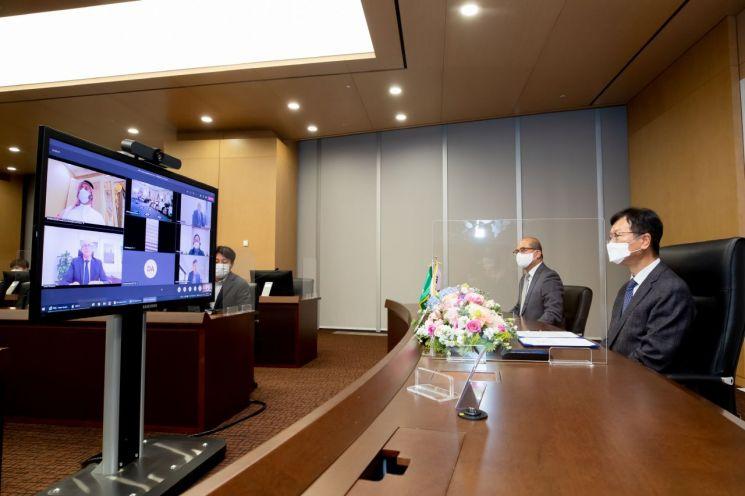 삼성엔지니어링 최성안 사장(맨오른쪽)이 온라인 화상시스템을 통해 계약식에 참여하고 있다.(사진제공=삼성엔지니어링)