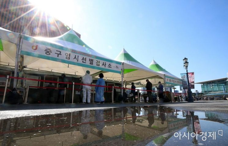 코로나19 확산세가 거세지는 가운데 신규 확진자 수가 700명대로 급증한 14일 서울 중구 서울역 임시선별검사소가 검사를 받으려는 시민들로 붐비고 있다. 중대본에 따르면 이날 0시 기준 코로나19 신규 확진자는 전날(542명)보다 189명 늘어 731명으로 집계됐다./김현민 기자 kimhyun81@