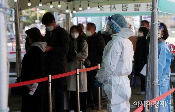 코로나19 확산세가 거세지는 가운데 신규 확진자 수가 700명대로 급증한 14일 서울 중구 서울역 임시선별검사소에서 시민들이 검사를 위해 줄을 서 있다. 중대본에 따르면 이날 0시 기준 코로나19 신규 확진자는 전날(542명)보다 189명 늘어 731명으로 집계됐다./김현민 기자 kimhyun81@