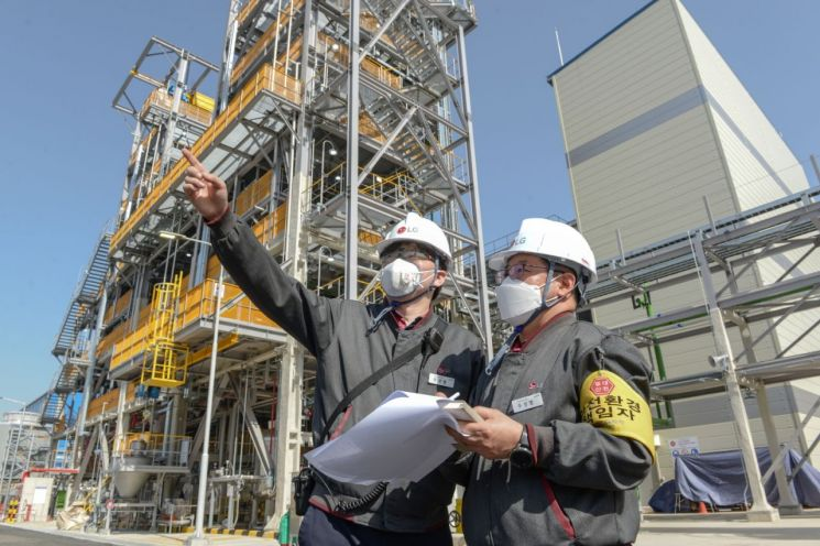LG화학 직원들이 완공된 여수 CNT 2공장을 살펴보고 있다.