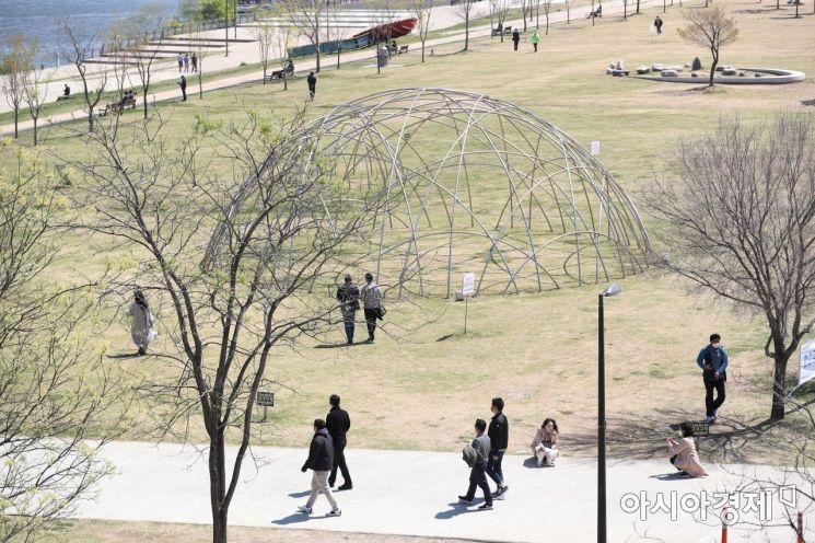 [포토]점심 산책하는 시민들