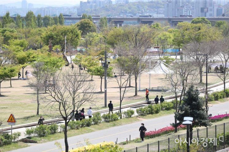 [포토]맑은 날 산책 즐기는 시민들