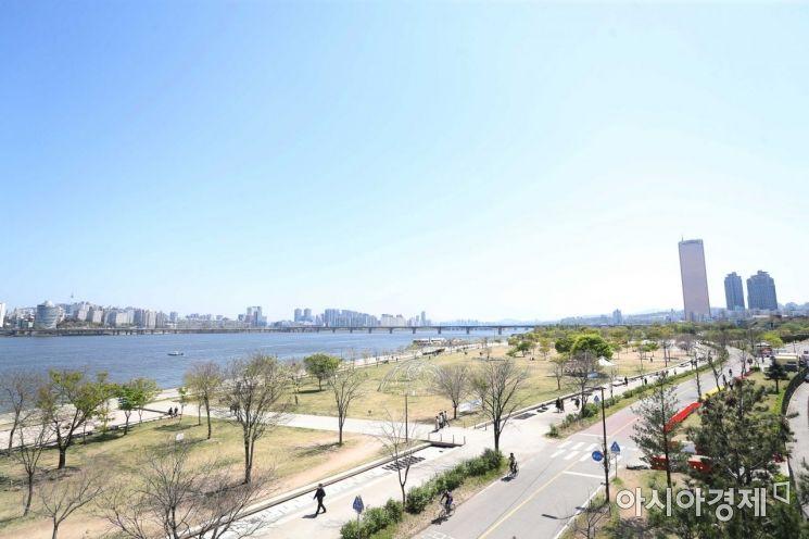 맑은 날씨를 보인 14일 서울 여의도 한강공원에서 바라본 풍경이 선명하다. /문호남 기자 munonam@