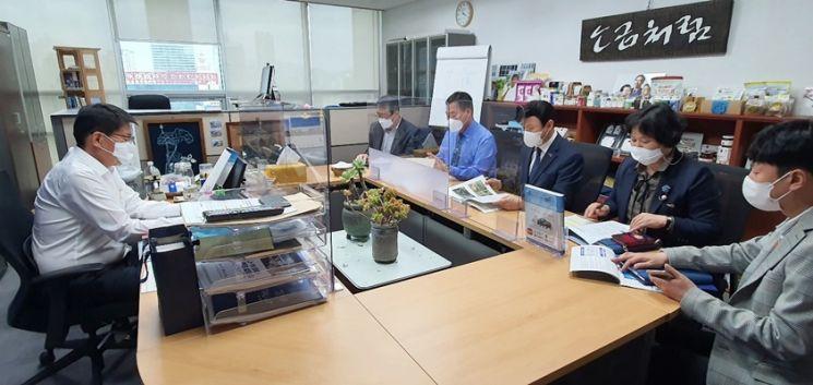 (우측 두번째)김산 군수가 지난 13일 국회를 방문해 (좌측)서삼석 의원에게 군정 주요 현안사업에 대한 국비지원을 건의했다. (사진=무안군 제공)