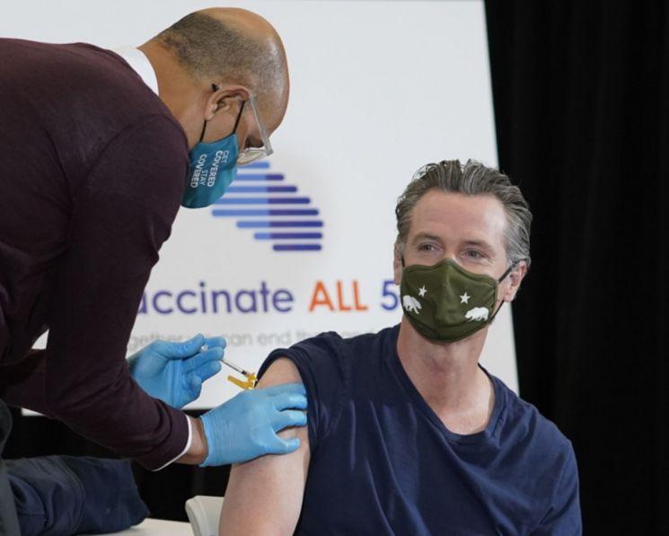지난 1일(현지시간) 개빈 뉴섬 미국 캘리포니아 주지사가 얀센(존슨앤드존슨 자회사) 코로나19 백신을 접종받고 있다. [이미지출처=AP연합뉴스]