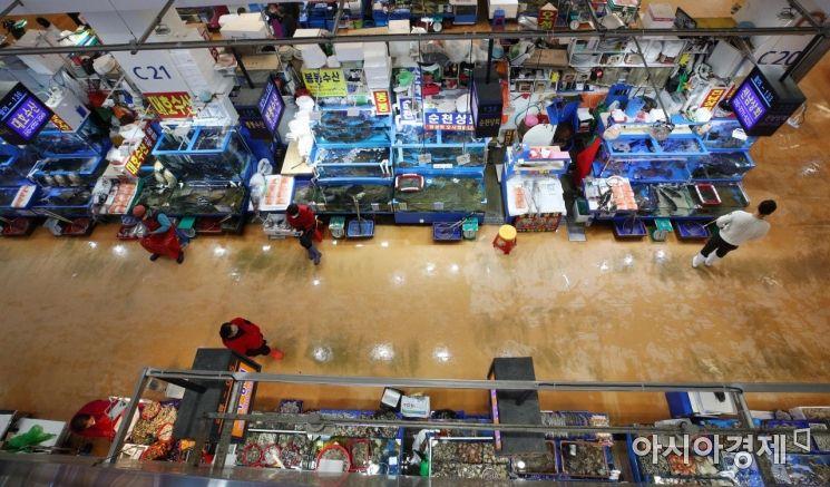 14일 서울 노량진 수산시장이 한산한 모습을 보이고 있다./김현민 기자 kimhyun81@
