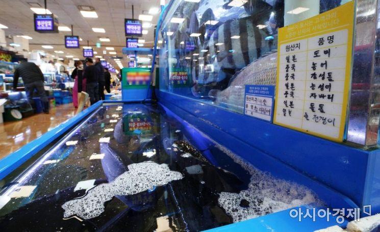일본 정부가 후쿠시마(福島) 제1원전사고로 발생한 다량의 방사성 물질 오염수를 바다에 배출하기로 결정하면서 우리 국민들의 불안과 걱정이 이어진 가운데 지난 14일 서울 노량진 수산시장의 한 점포에 원산지 표기가 돼 있다./김현민 기자 kimhyun81@