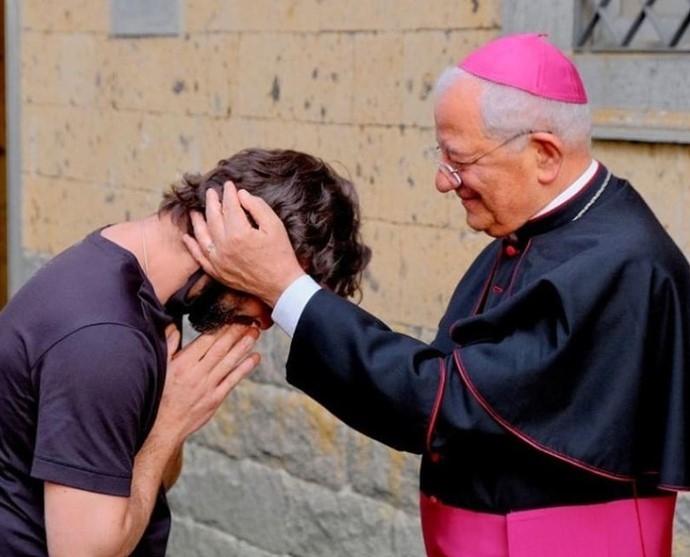 사랑을 지키기 위해 성직을 포기한 리카르도 체코벨리 신부(왼쪽). 사진=ANSA 통신