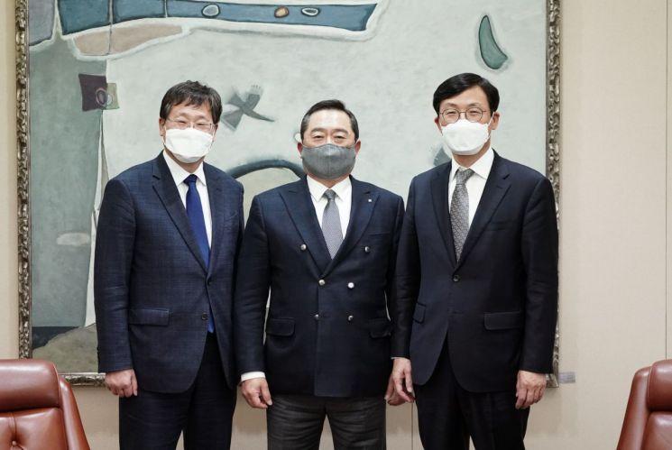 14일 면담에 앞서 무역협회 구자열 회장(사진 가운데)과 청와대 이호승 정책실장(오른쪽), 안일환 경제수석(왼쪽)이 기념사진을 촬영하고 있다.