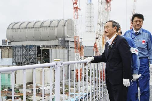 사진은 스가 요시히데 총리가 작년 9월 26일 후쿠시마 제1원전을 시찰하는 모습. [이미지출처=연합뉴스]