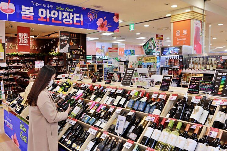 롯데마트에서 지난 1일부터 14일까지 진행한 와인 장터 행사가 최근 3년간 행사 가운데 최고 매출을 올렸다.