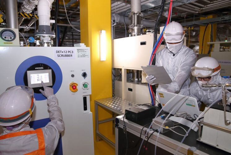 LG디스플레이 파주 공장에 설치된 온실가스 감축 설비를 통해 배출되는 온실가스량을 직원들이 모니터링하고 있다.