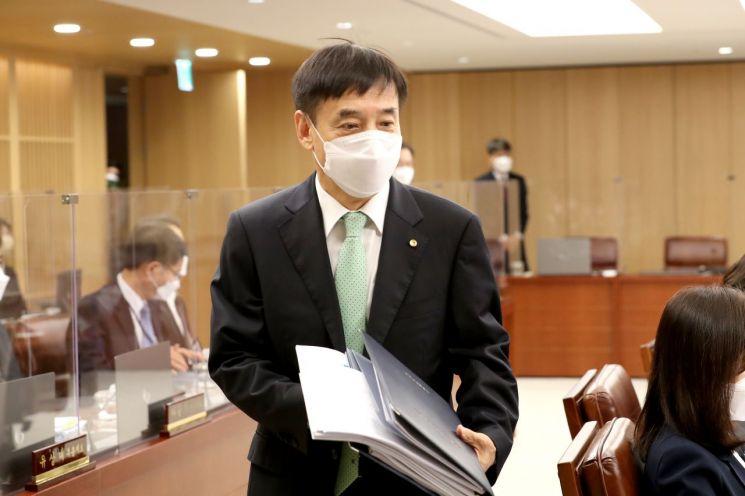 이주열 한국은행 총재가 15일 오전 서울 중구 한국은행에서 열린 금융통화위원회 본회의에 참석하고 있다.