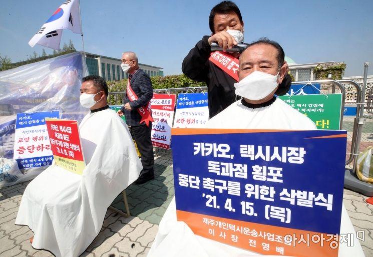 [포토] 삭발하는 택시기사 '택시시장 독과점 횡포 중단하라'