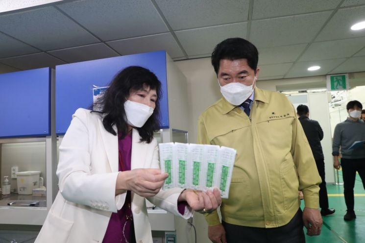 [포토]박준희 관악구청장, 백신 접종 첫날 예방접종센터 점검
