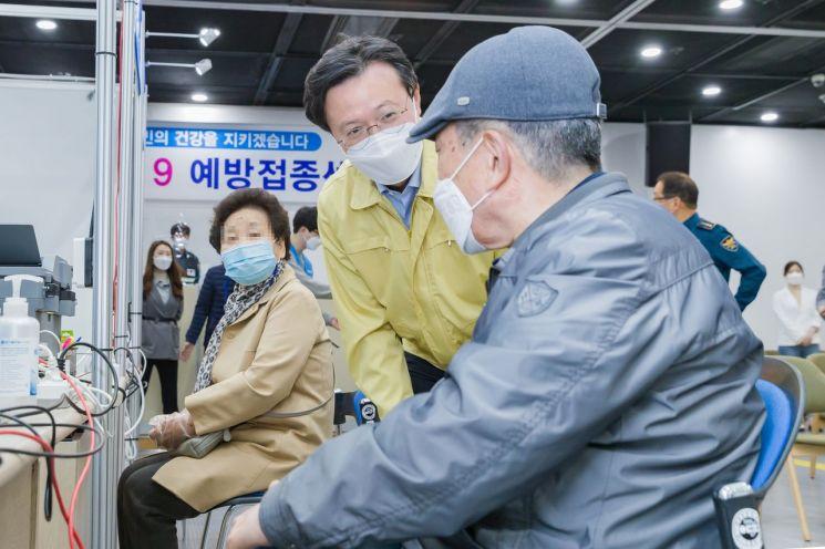 [포토]채현일 영등포구청장, 예방접종센터 운영 점검