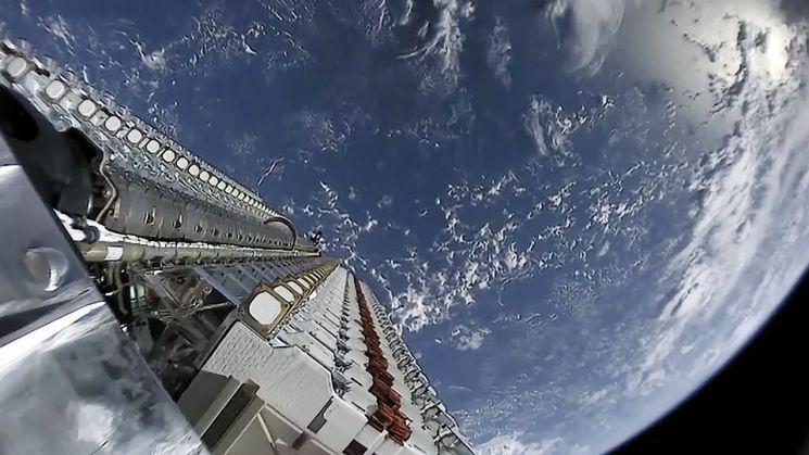 지난 2019년 5월 '팰컨9' 로켓에 탑재된 스타링크 위성 60개가 탑재 구간에 정렬한 모습. / 사진=스페이스X
