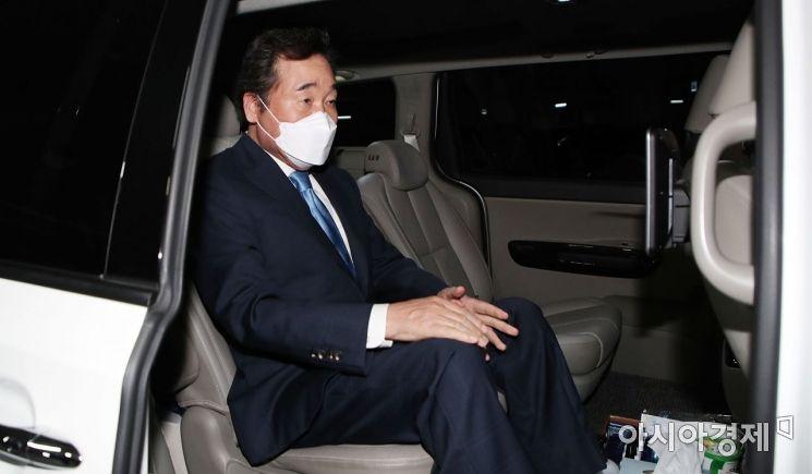 이낙연 전 더불어민주당 대표가 15일 자가격리 해제 후 서울 종로구 자택을 나서고 있다./국회사진기자단