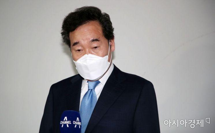 이낙연 더불어민주당 전 대표가 15일 자가격리 해제 후 서울 종로구 자택을 나서는 중 취재진 질문에 답변하고 있다./국회사진기자단