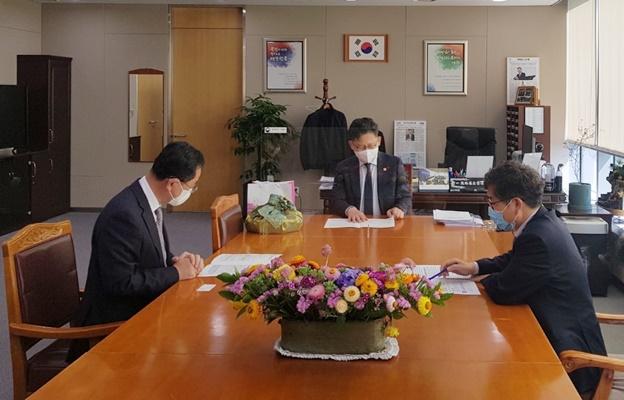 (좌측)명현과 해남군수가 김현수 농림축산식품부 장관에게 현안사업 국비 지원을 건의하고 있다.(사진=해남군 제공)