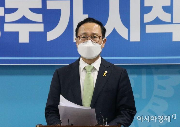 홍영표 의원이 15일 광주광역시의회 브리핑룸에서 더불어민주당 당대표 선거 출마를 선언하고 있다.