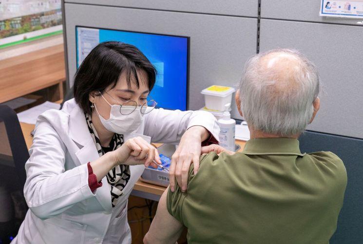 코로나 백신 1차 접종 2.9만명 늘어…인구 대비 접종률 2.91%
