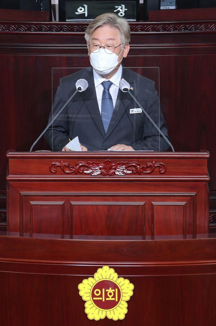 이재명 경기도지사가 15일 경기도의회에 출석, 도정 주요 현안에 대한 도의원들의 질의에 답하고 있다.