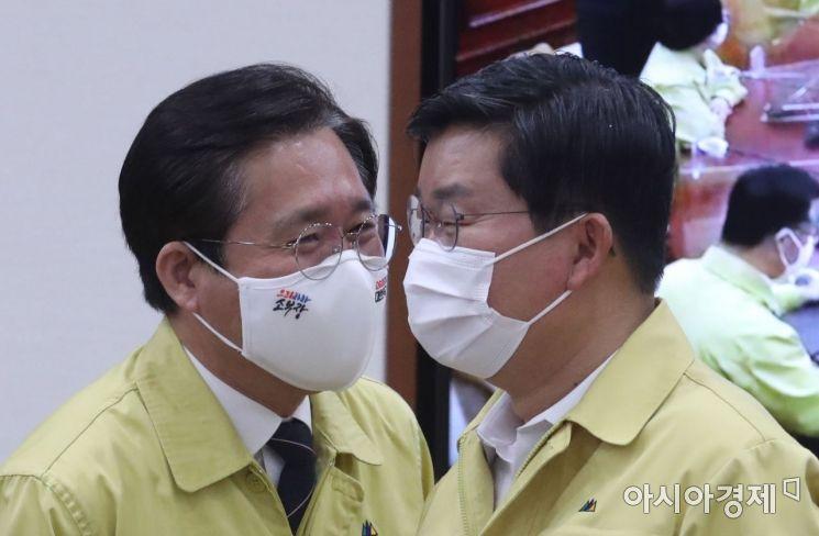 [포토] 대화하는 전해철 장관과 성윤모 장관