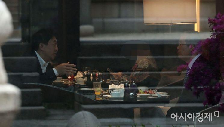 김종인 국민의힘 전 비상대책위원장(오른쪽)과 금태섭 전 의원이 16일 서울 조선호텔에서 조찬 회동을 갖고 있다./국회사진기자단