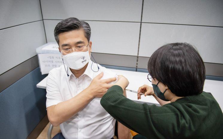 서욱 국방부장관은 이날 오전 6월초 출장일정을 고려해 아스트라제네카 백신을 맞았다.(사진제공=국방부)
