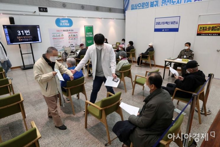 코로나19 확산세가 이어지고 있는 16일 서울 용산구 용산아트홀에 마련된 백신 예방접종센터에서 화이자 백신을 맞은 만 75세 이상 어르신들이 이상반응 모니터링 구역에서 대기하고 있다. /문호남 기자 munonam@