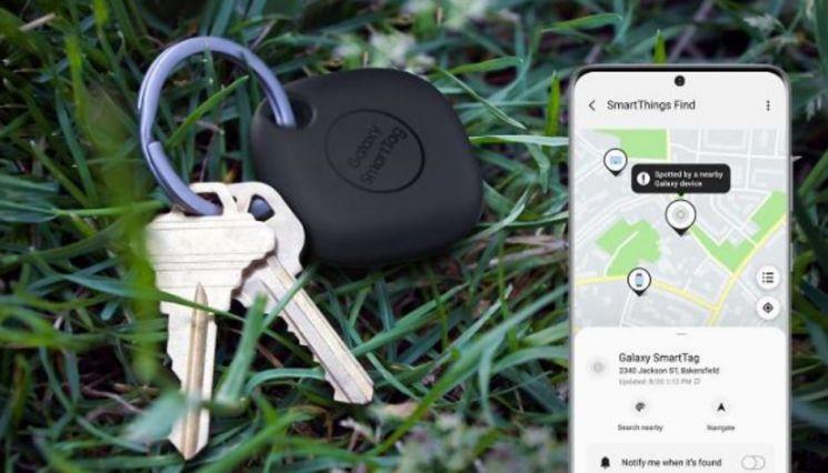 잃어 버리기 쉬운 열쇠에 위치추적 액세서리 '갤럭시 스마트 태그'를 부착하면 스마트폰으로 손 쉽게 위치를 확인할 수 있다.