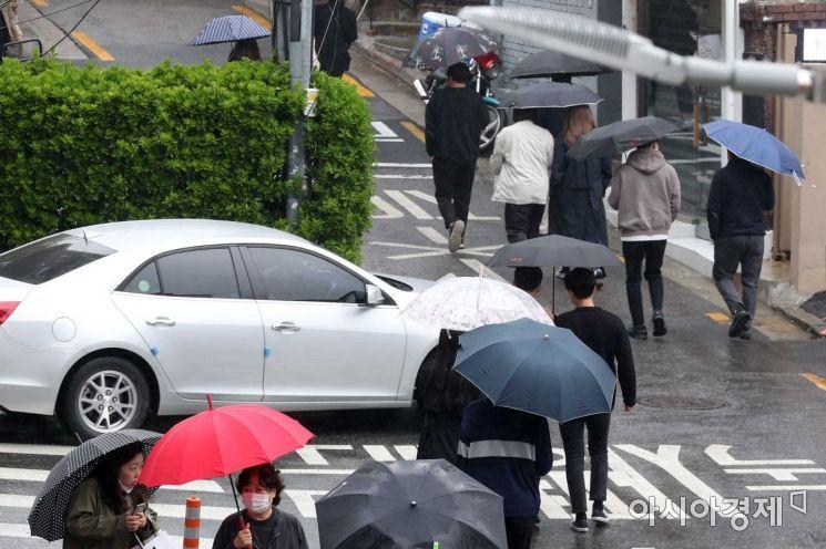 [포토]봄비에 우산 쓴 시민들